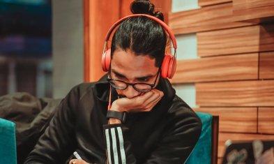 Mann hört Musik Spotify Ads Personalmarkeint