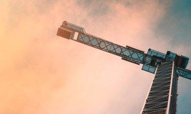 Kran vor einem Wolkenhimmel Frauen am Bau Hagedorn Unternehmensgruppe Interview Wollmilchsau