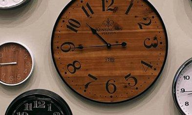 Vier-Tage-Woche: Vielen Uhren an einer Wand